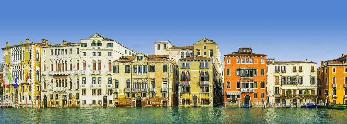 buildings-aligned-with-the-turquoise-grand-canal